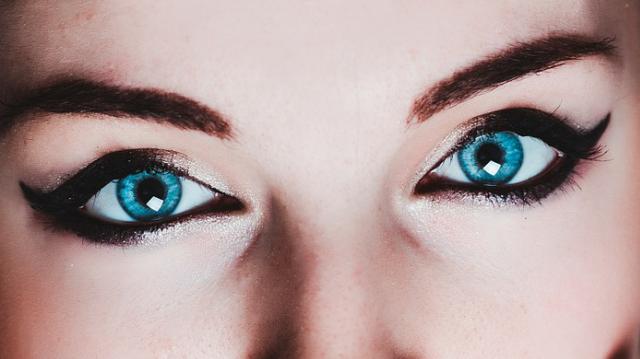 Ojos azules con sombras y eyeliner negro
